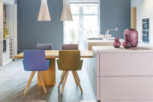 Warendorf Küche Boxes | Grifflose Lackküche mit massivem Eichentisch | Miele Center Rehrl Salzburg